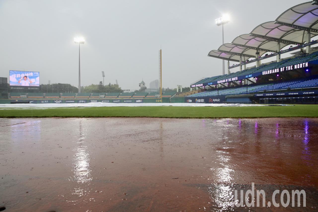 雨勢過大,富邦悍將對Lamigo桃猿例行賽比賽決定延到6月29日於原場地進行。記...