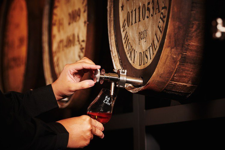 KAVALAN WHISKY BAR共有六款「限定單桶原酒」可現場取酒。圖/金車...