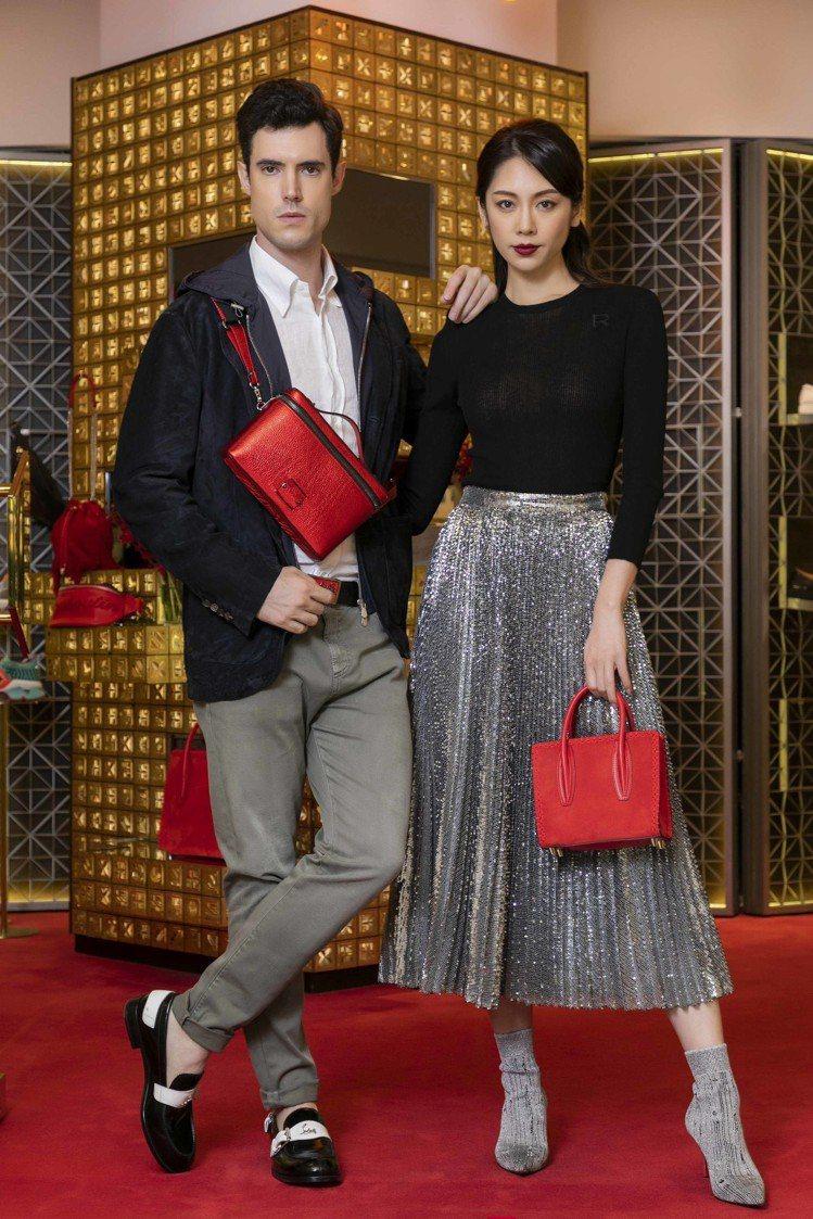 模特兒以(左)Brunello Cucinelli 搭配未定價皮帶裝飾鞋履、未定...
