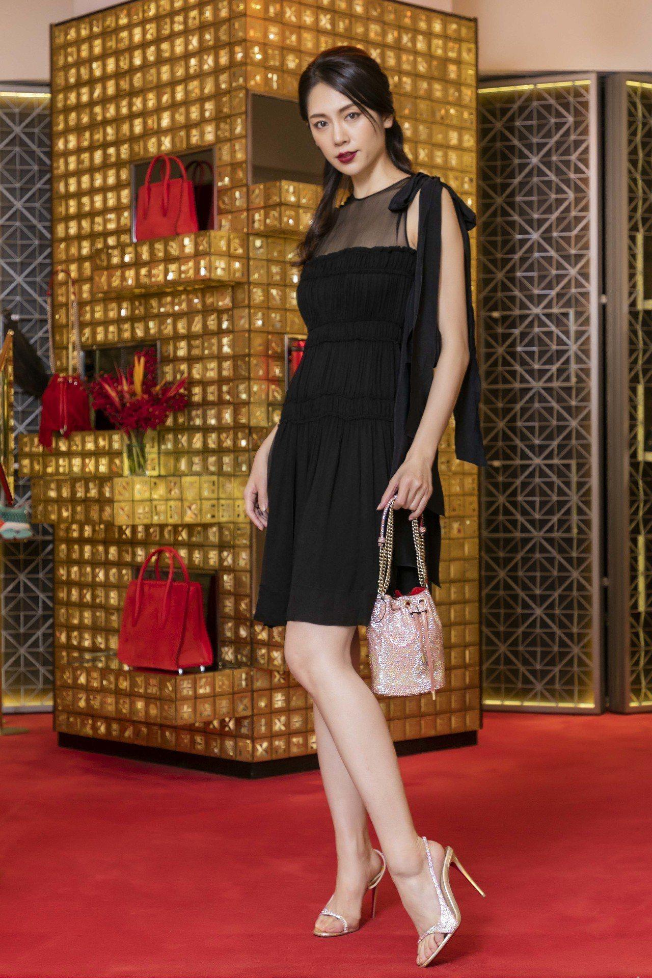 模特兒廖奕琁以N°21裙裝搭配鑽飾系列跟鞋41,800元;玫瑰粉色Marie J...