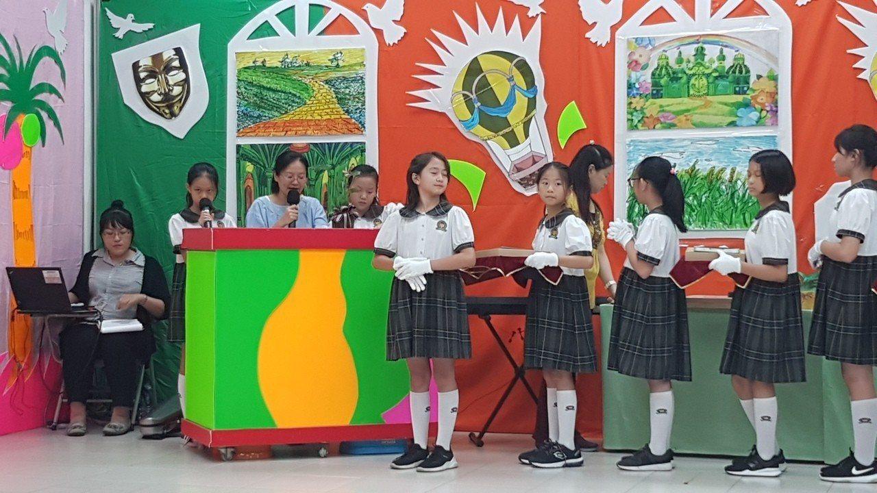 中華藝校附小舉行雙語畢業典禮,學生從主持、致謝詞、表演與頒獎,全部以中英文進行。...
