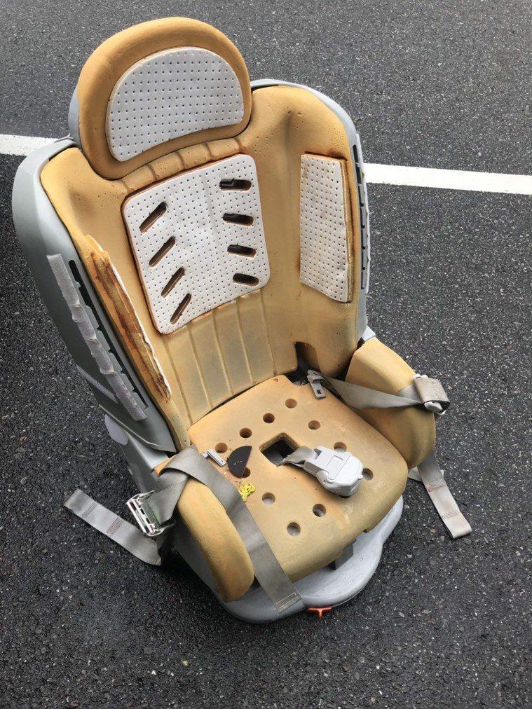 汽車美容業者說,他們常幫忙清潔兒童汽座,縫隙裡常見食物殘渣,這些都可能招來小蟑螂...