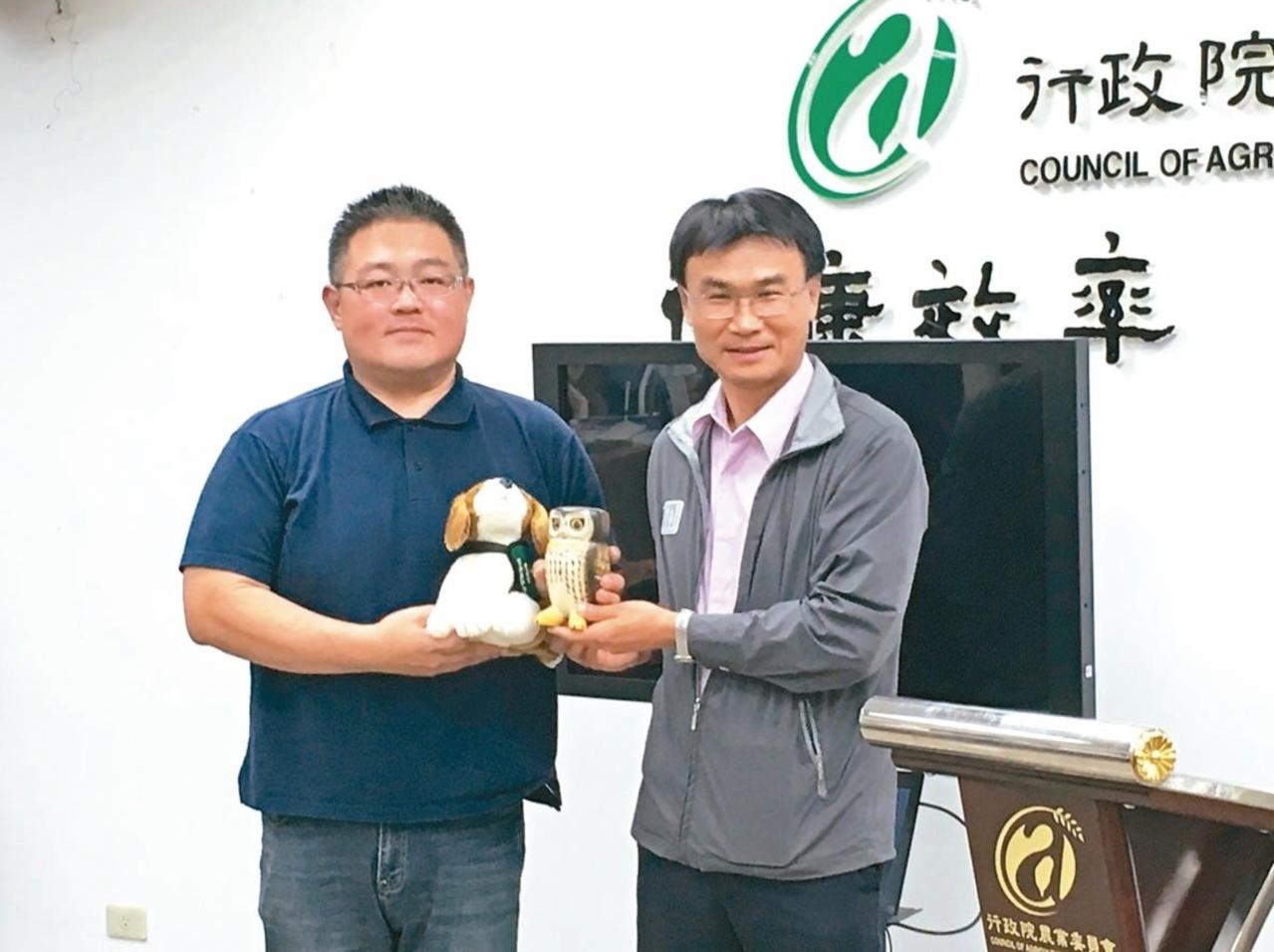農委會主委陳吉仲(右)昨致贈禮物感謝首位發現秋行軍蟲的張先生。 記者吳姿賢/攝影
