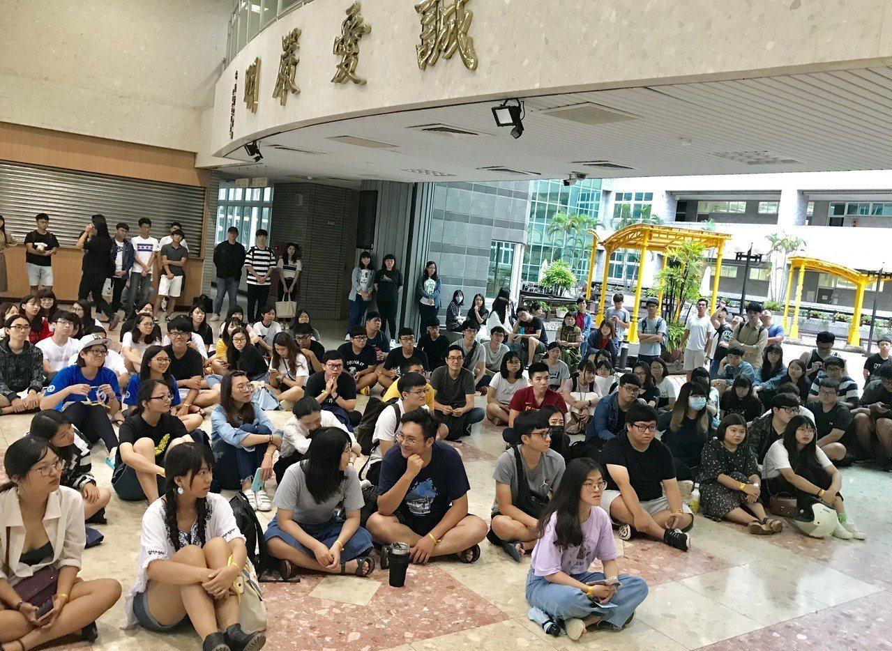 國立屏東大學學生會與學生議會,下午在校內發起「我在屏大撐香港」,超過2百名齊聚聲...