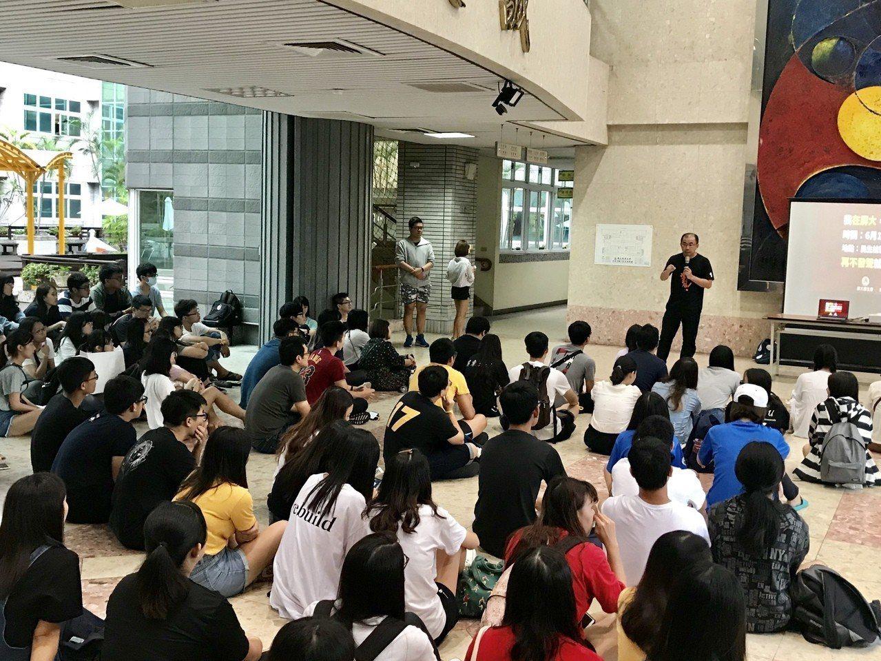 國立屏東大學學生會與學生議會,下午在校內發起「我在屏大撐香港」,超過2百名學生齊...