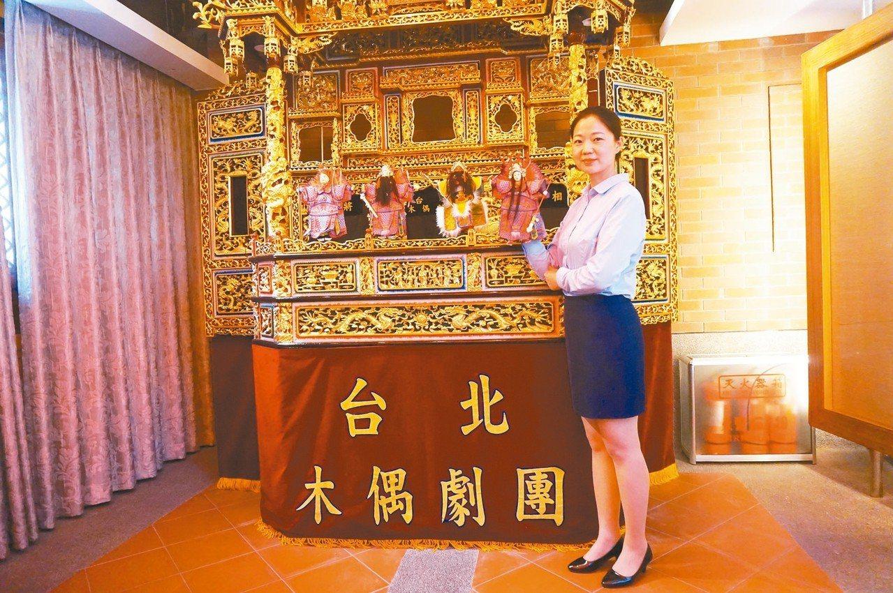台灣會館的民俗文化體驗區展示台灣民俗文化,有民俗布袋戲表演看台。 記者胡明揚/攝...