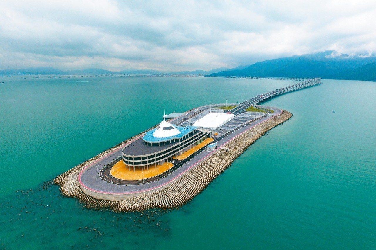 港珠澳大橋將啟動東人工島旅遊開發。圖為2018年10月18日無人機拍攝的港珠澳大...