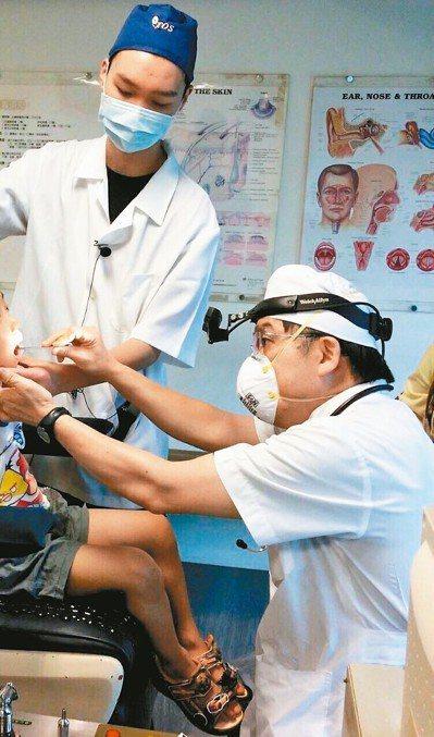 耳鼻喉科醫師許慶芳(右)指出,胃食道逆流增添罹患食道癌機率,反覆清喉嚨也可視為警...