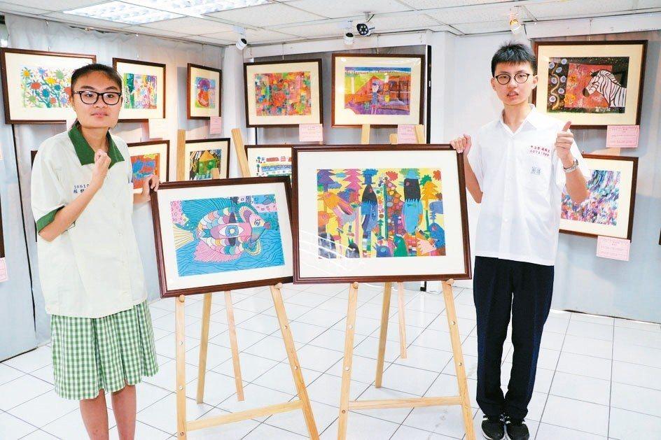 張恩博(右)作品「台灣藍鵲」和賴群靖作品「我是一隻魚」在展覽會場相當吸睛。 記者...