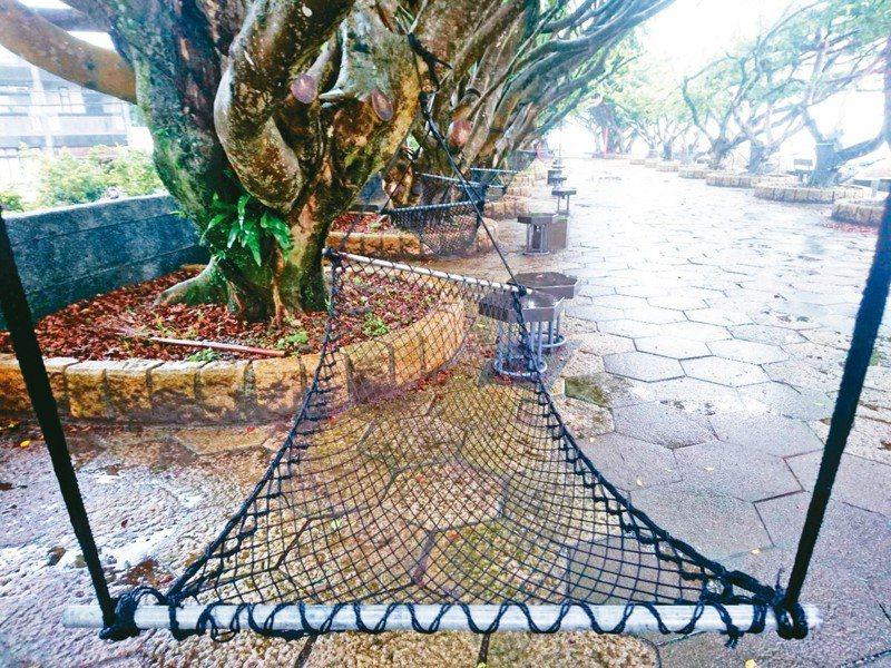 東港村榕樹公園,位在宜蘭河、蘭陽溪出海口岸,有漁村風情,還有「漁網吊床」乘涼尋夢(圖)。 記者羅建旺/攝影