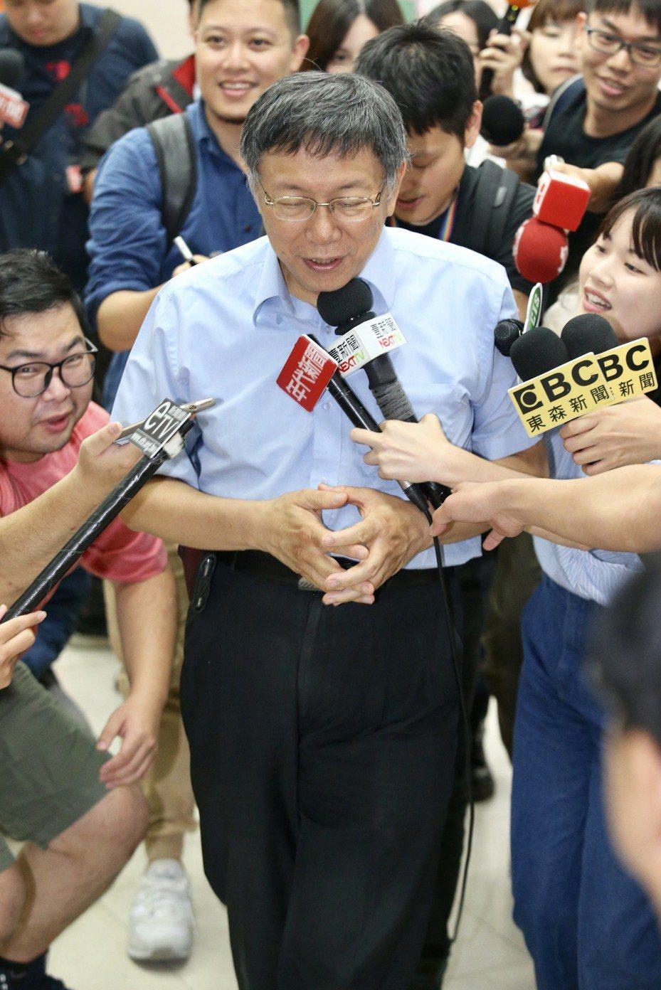台北市長柯文哲(中)出席第27屆金吾獎頒獎典禮,會後接受媒體訪問時,一時嘴快說賴清德「好可憐,被做掉」,似乎自覺說錯話,趕緊離開。記者林伯東/攝影
