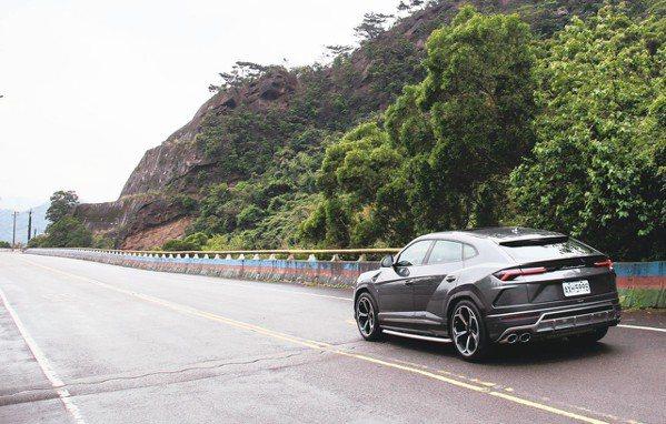 Lamborghini Urus正蓄勢待發,準備征服前方的迂迴山路。 圖/陳志光