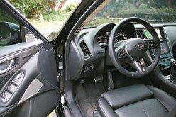 開門進入駕駛艙前的一瞥,跑格競速氣息濃烈。 圖/陳志光、裕隆日產汽車