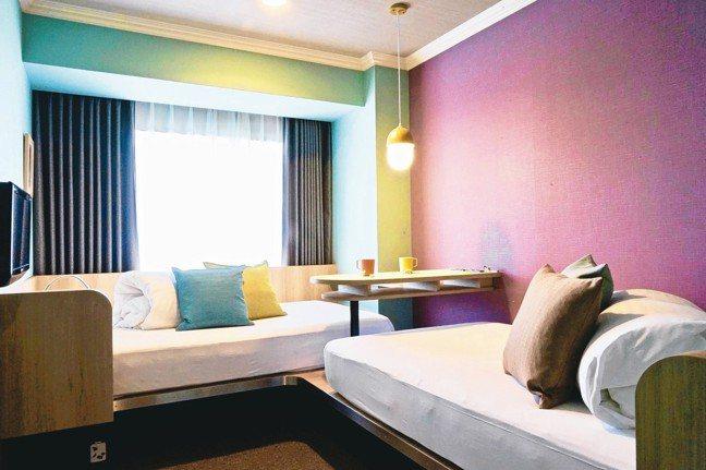 Danran Room全新概念雙人房採L型擺設,蠟筆色系、繽紛明亮。 圖/游慧君...
