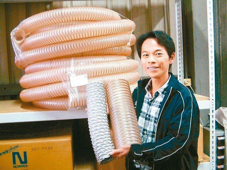 禾欣自動化業務經理徐家裕展示德國百年品牌諾銳NORRES工業軟管。 莊智強/攝影