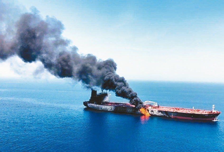 兩艘油輪在阿曼灣遭攻擊受損,波斯灣地緣政治緊張升高,國際油價大漲。 歐新社