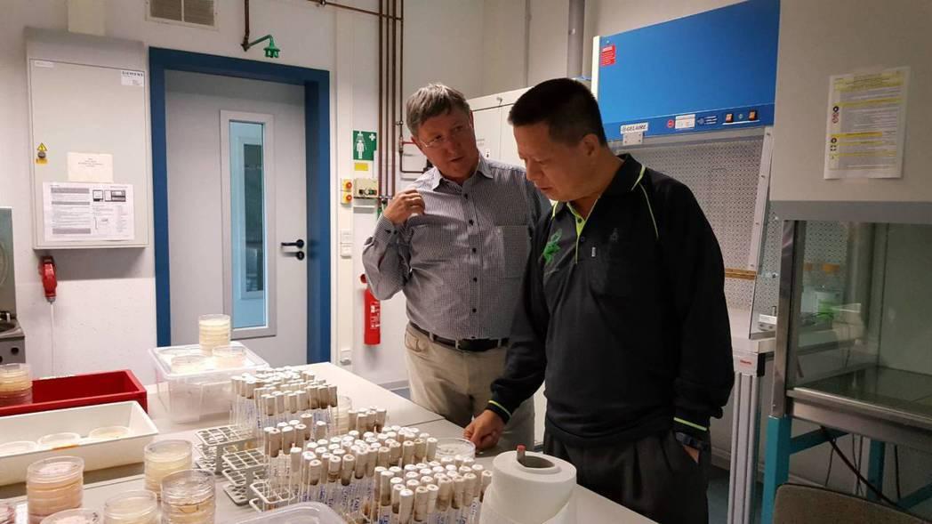 德國卡塞爾大學教授專家與健茂生技主要研發者陳啟楨教授(右)於實驗室進行討論。 健...
