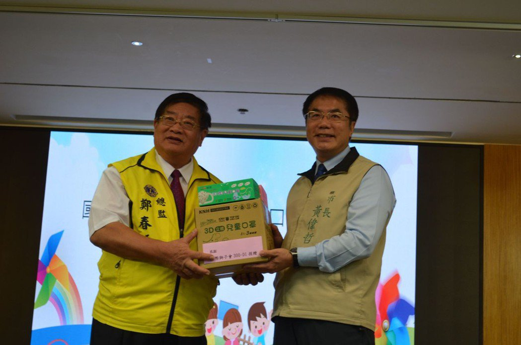 國際獅子會300-D1區總監鄭春源捐贈4萬片兒童用口罩。  陳慧明 攝影