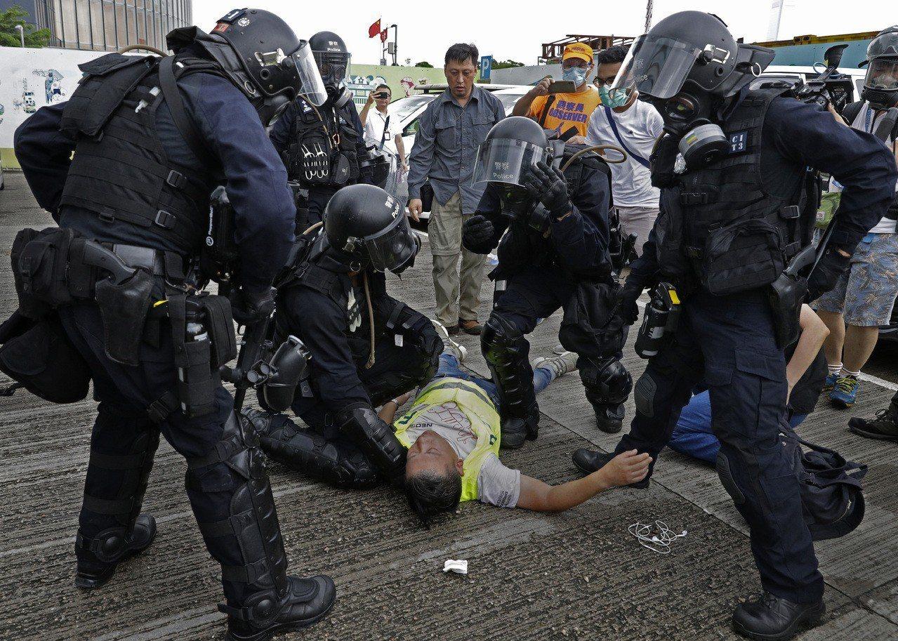 警入急症室問醫護傷者是否金鐘受傷 城大生示威後往醫院求診被捕 美聯社