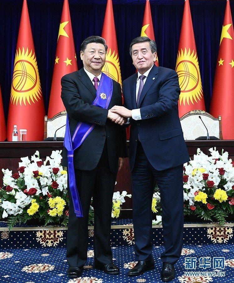 習近平訪問吉爾吉斯,獲頒吉爾吉斯一級勳章。新華社