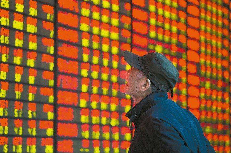 中國人行將於6月下旬在港發行央票,有助穩定人民幣。 新華社