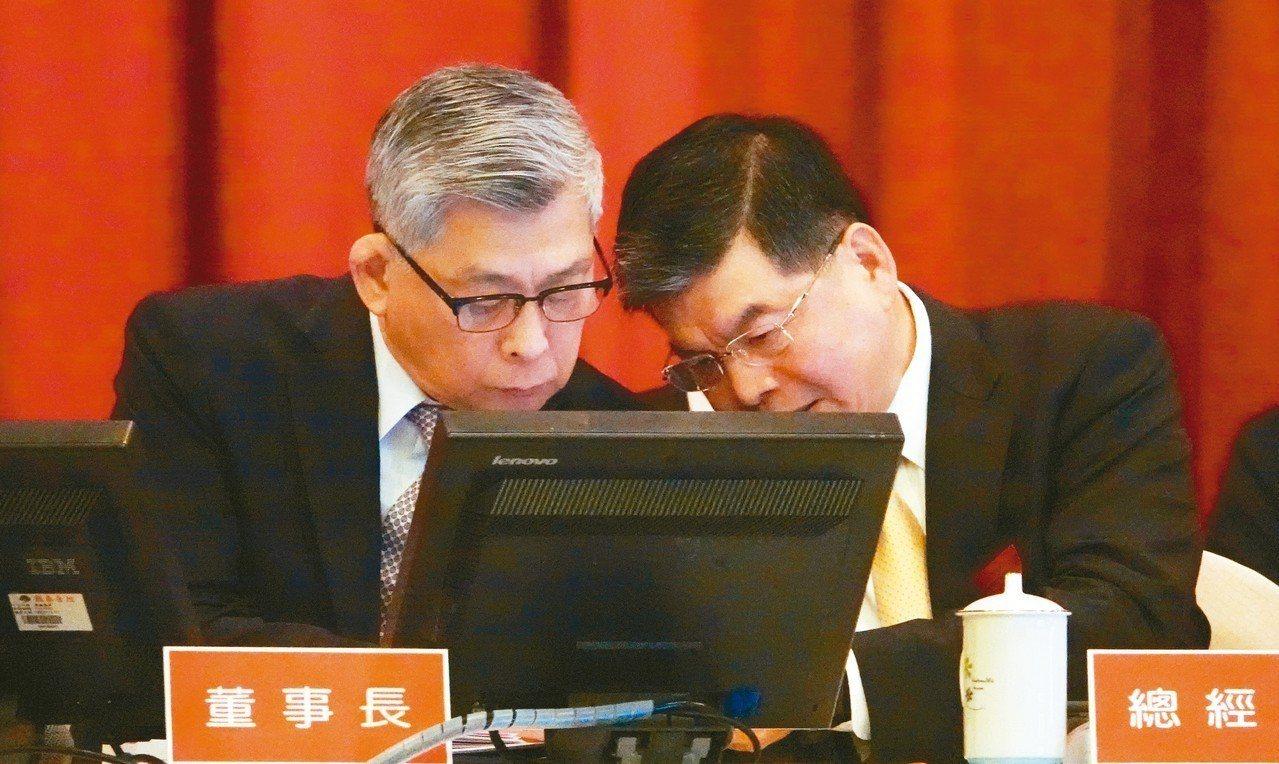國泰金今天舉行股東會,董事長蔡宏圖(左)與總經理李長庚(右)在會議中交換意見。 ...