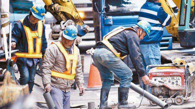 勞動部「台灣職安卡」7月起上路,要求營造工地負起安全衛生教育訓練責任。 報系資料...