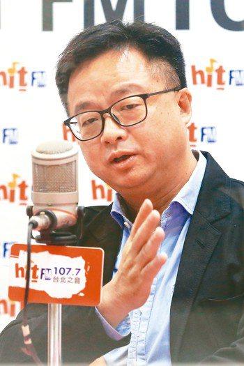 民進黨秘書長羅文嘉上午接受廣播專訪,談初選後的整合。 記者林伯東/攝影