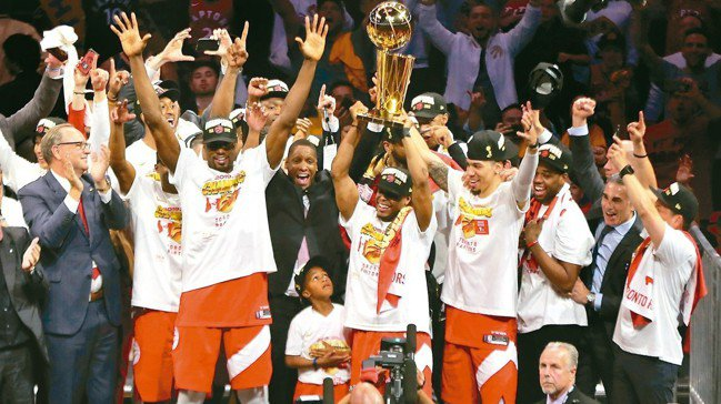 暴龍拿下隊史首座NBA總冠軍,林書豪也贏得冠軍戒指。 路透