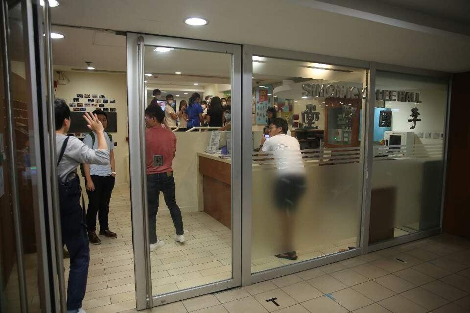 有指警方會到港大李國賢堂搜查,十數名宿舍學生及職員在入口等待。香港01記者魯嘉裕...