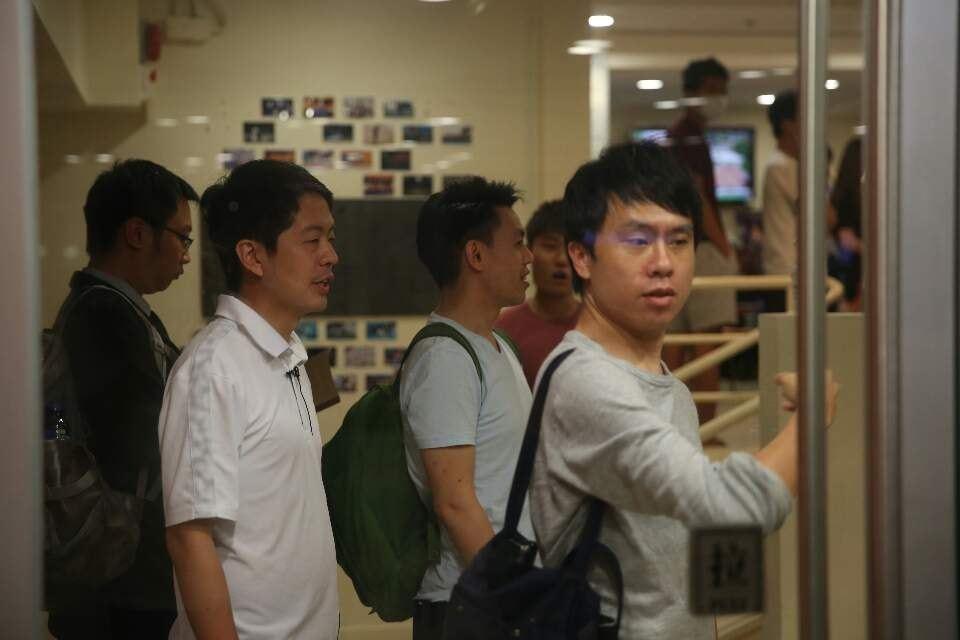 民主黨立法會議員許智峰(左)及鄺俊宇到港大李國賢堂了解。香港01記者魯嘉裕攝