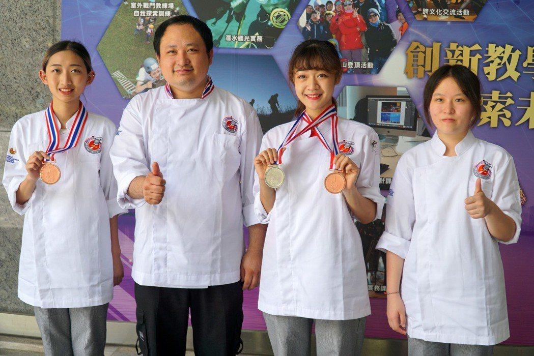 餐旅系、烘焙學程在「TUCC_泰國極限廚師廚藝挑戰賽」獲1銀2銅2佳作(左2蔡振...