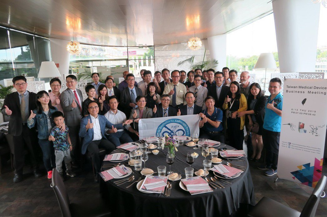 尚弋林瑞益總經理(第一排左起)、亞洲遠距微創手術中心黃士維院長、金屬中心林志隆副...