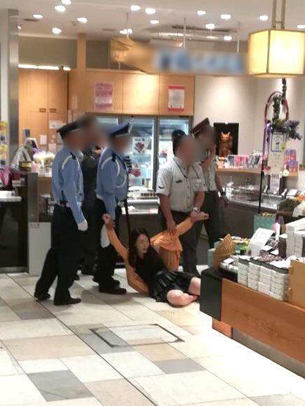 岩本和子遭逮捕的景象。圖/取自《週刊文春》