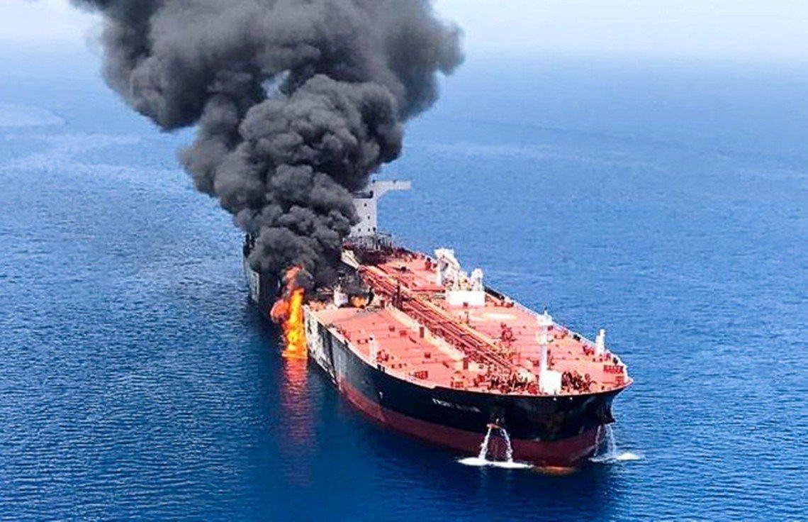 6月13日上午,在中東的霍姆茲海峽東南、阿曼灣北部的伊朗海域上,兩艘航行中的油輪...