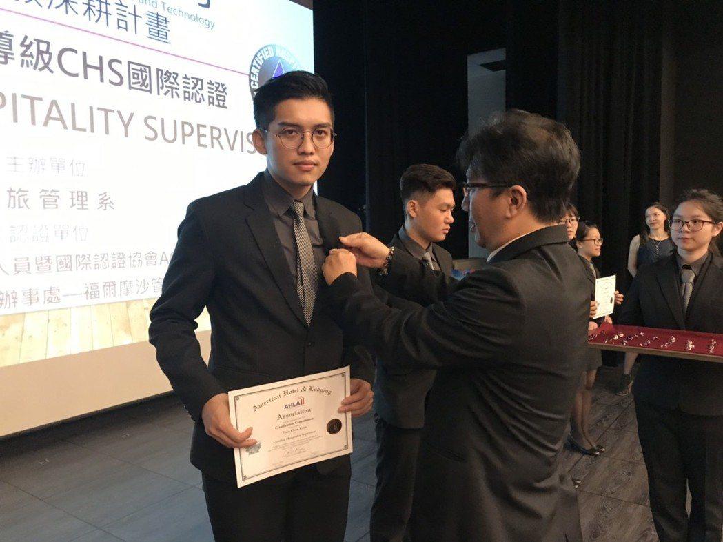 余紹君理事長為通過認證許志鴻同學授勳。 健行科大/提供。