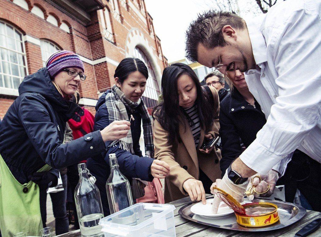 瑞典「臭魚」的食物文化,是怎麼形成的呢?圖為阿連思(Andreas Ahrens...
