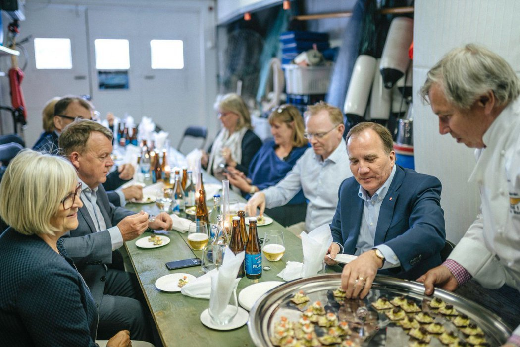 瑞典總理總理斯特凡.勒文(Stefan Löfven,右二)是醃鯡魚的知名粉絲。...
