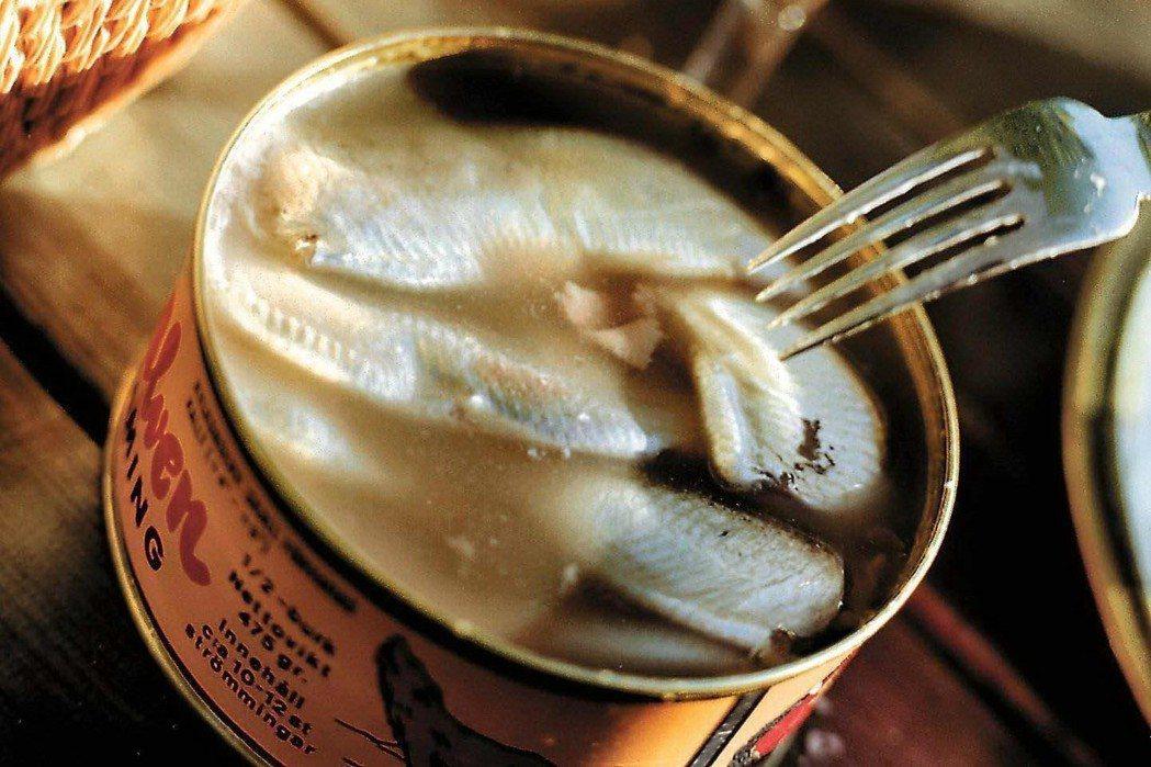 這一味,讓人又愛又恨?這幾年,網路流傳許多試吃瑞典鹽醃鯡魚(Surströmmi...