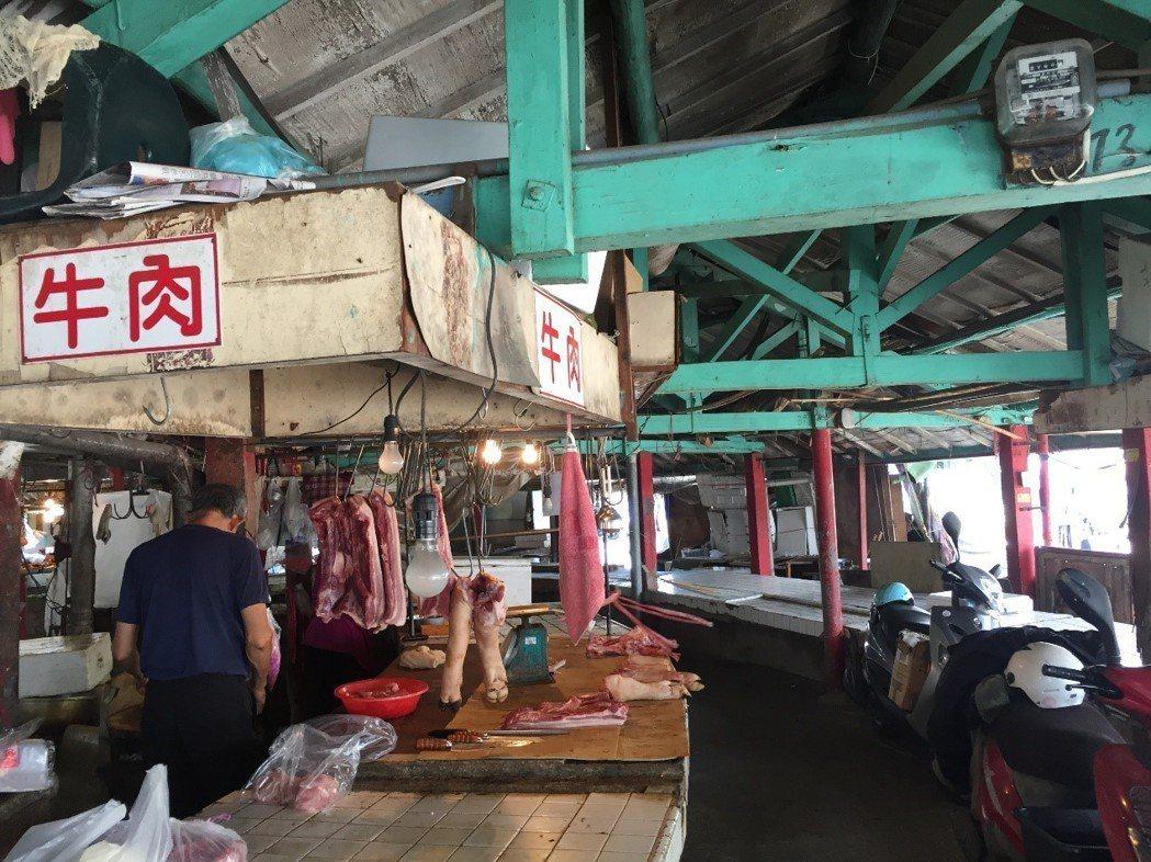 欣欣市場特殊木衍形式,請見照片右上方,而這個木樑形塑了整了欣欣市場的結構。 圖/...