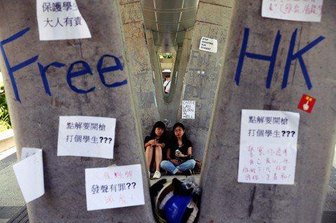 14日的特區政府總部大樓外,貼滿聲援字條的「藍儂牆」(港:連儂牆),憤怒控訴港警...