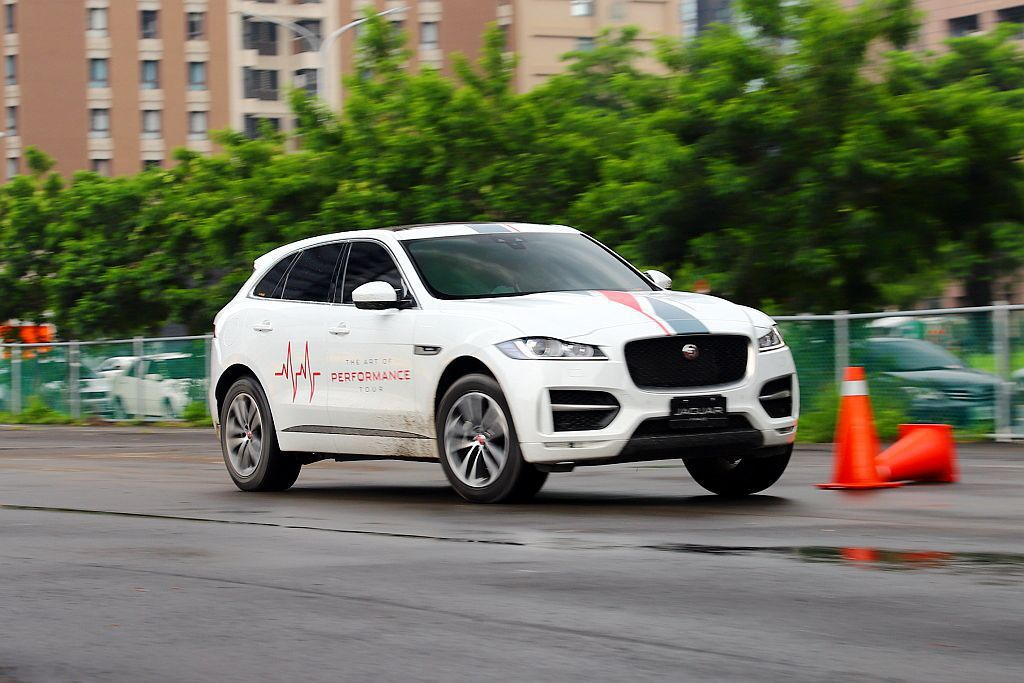 Jaguar旗下尺碼最大的跨界跑旅F-Pace縱使車長達4,731mm,但由於有...
