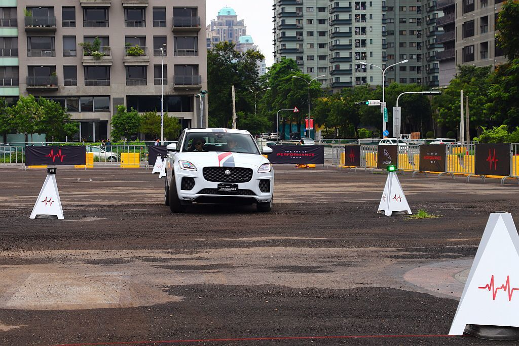 體驗Smart Cone智慧三角錐,駕駛必須眼界更寬、反應更快、路線更準確,才能...