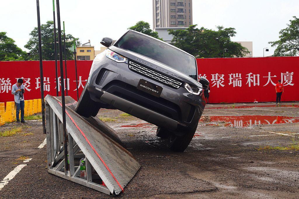 學員能藉由當輪胎一側騰空時或車輛大幅度傾斜時,如何掌握油門、方向盤角度讓車輛安全...