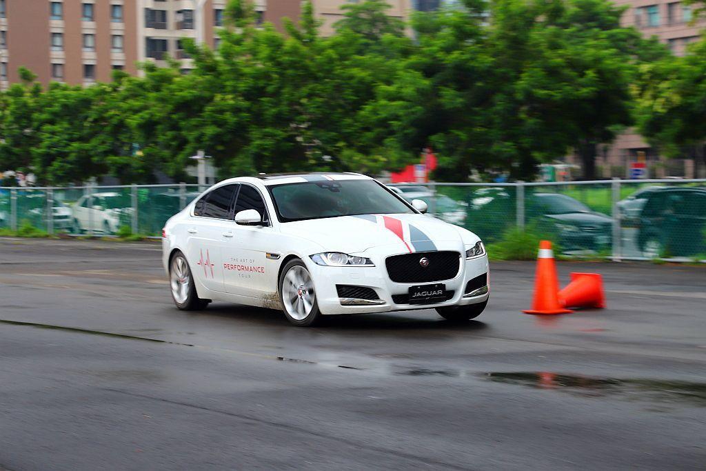 Jaguar旗下運動豪華房車XE、XF,由於都已經搭載全鋁合金底盤平台與性能味十...