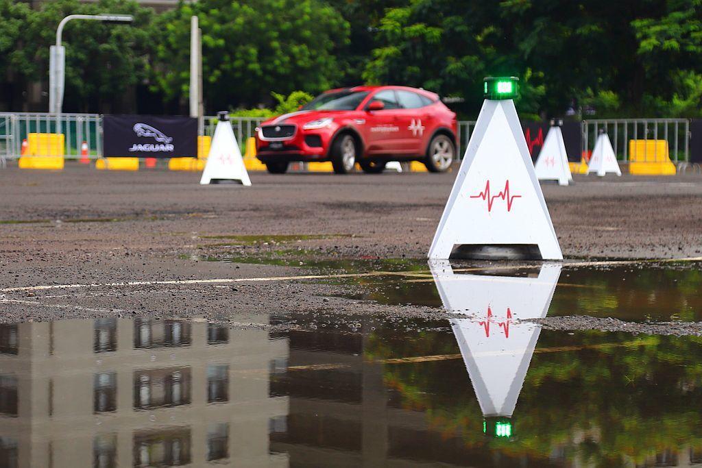 透過GPS發射訊號到筆記型電腦計算分析,回傳訊號後使智慧三角錐筒的燈號改變,藉此...