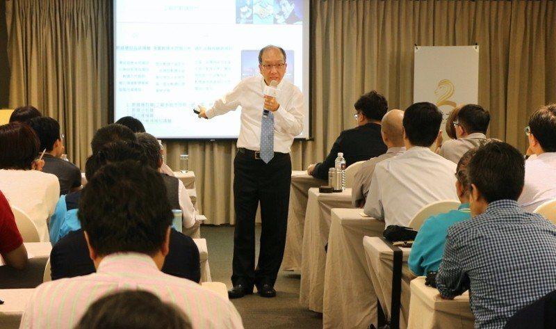 緯創軟體董事李紹唐分析台灣製造業如何數位化轉型以因應時代挑戰。 二代大學/提供