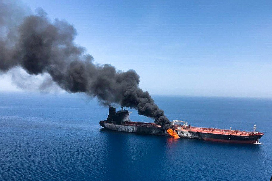 13日在阿曼灣遭魚雷攻擊的油輪。 (路透)
