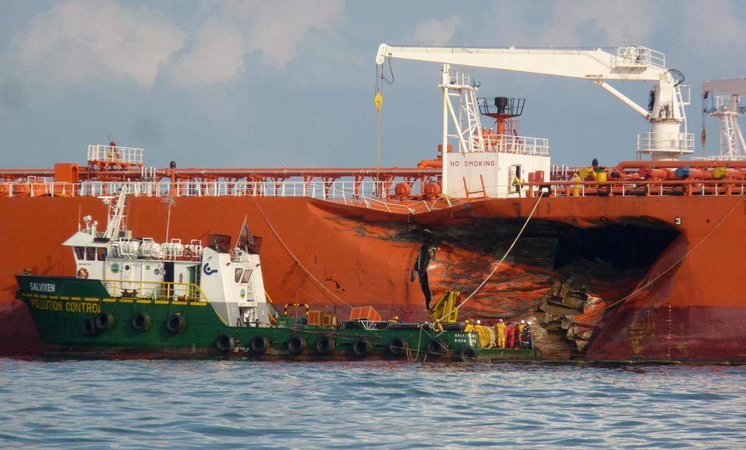 船隻相撞在海上也是經常發生的海事事故之一。圖為2010年發生在麻六甲海峽一艘跟他...