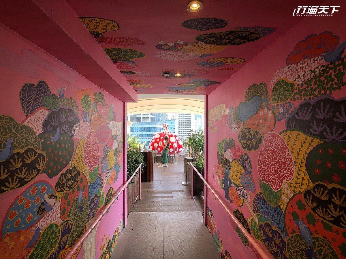 穿過兩整面粉紅色彩繪牆壁,盡頭就是一顆大南瓜。
